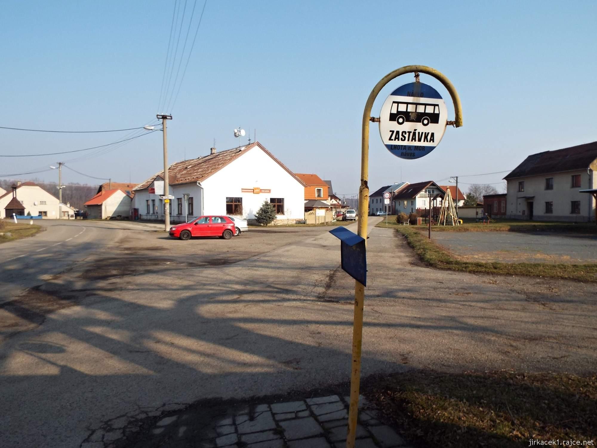 Lhota nad Moravou - náves - BUS zastávka a hospoda Pod lipou