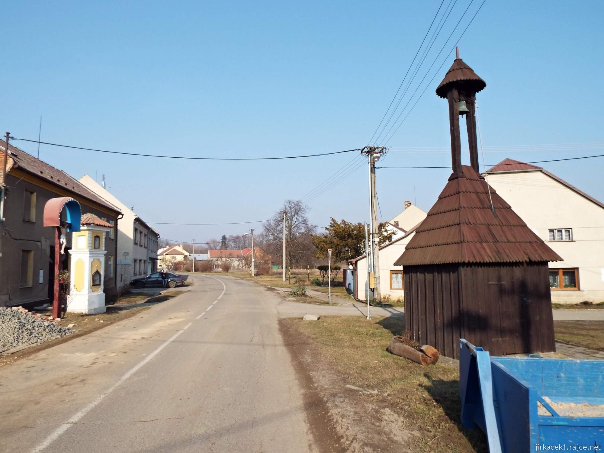 Lhota nad Moravou - náves - vlevo Boží muka, vpravo dřevěná zvonička