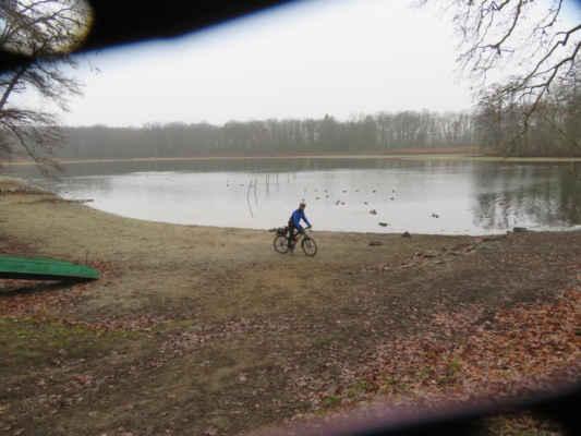 Zvídavý Milan zkoumá někdejší dno rybníka.