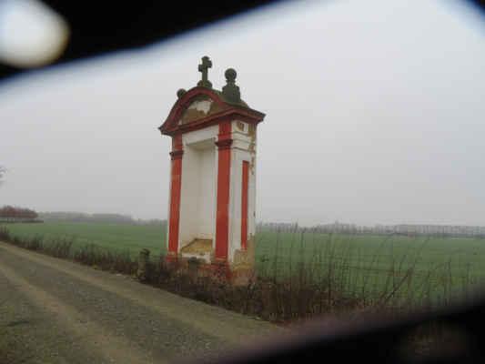 Před námi touto cestou - směrem na Hájek - kráčela historie.