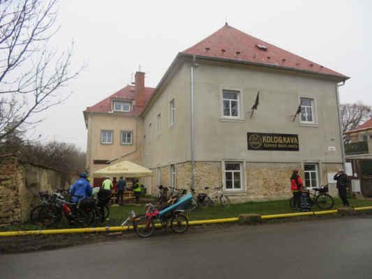 Poutní cíl nepečících cyklistů - KOLOAKAVA - místo, kde se lze ohřát a pookřát.