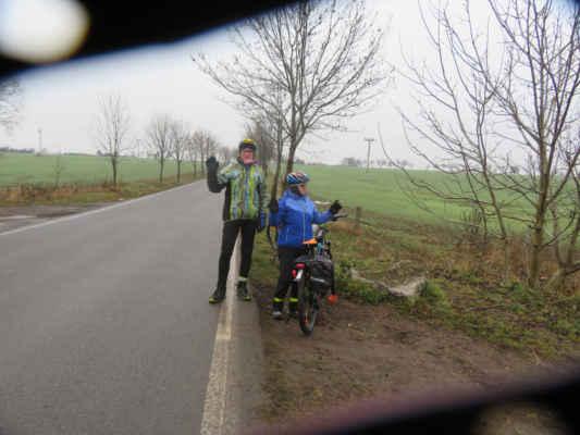 Rozlučkové foto dvou účastníků výpravy, kteří jedou jinam.