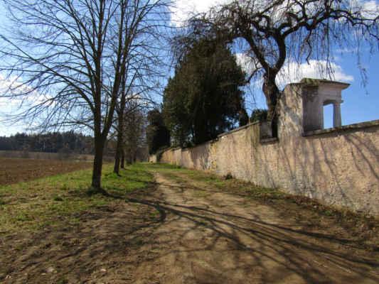 Cesta na Lipák vede okolo lip a zdi hřbitova od parkoviště hřbitova - Křížová cesta, někdy podle jejího cíle nazývaná Kalvárie, je symbolická cesta sledující události spojené s ukřižováním Ježíše Krista. Zahrnuje dění kolem jeho odsouzení Pilátem Pontským, nesení kříže po Via Dolorosa a ukřižování na hoře Golgota (Kalvárie). Křížová cesta je rozdělena na obvykle čtrnáct zastavení, která odpovídají jednotlivým událostem tradičně spojenými s pašijemi.