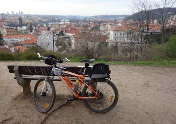 Sraz byl na nádraží Holešovice, takže jsem na moji obvyklou vyhlídku na Letné nejela. Do údolí Vltavy jsem zkusila shlédnout z Chotkových sadů, ale nebylo to ono.