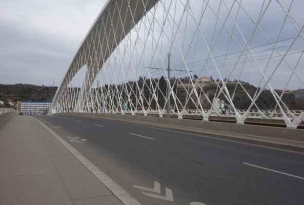Nejprve přes Trojsky most na druhou stranu Vltavy.