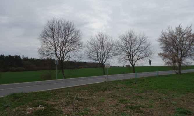 Přejíždíme silnice z Jenerálky do Horoměřic. Držíme se na hranici Prahy.