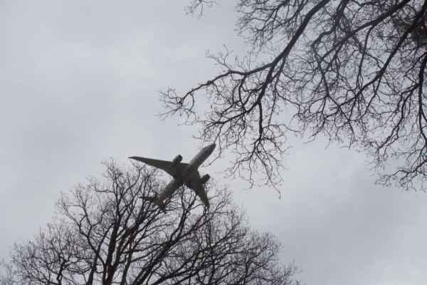 Nad hlavou nám létají letadla přistávající na Ruzyň.