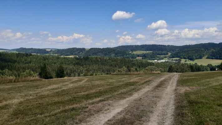 první kopec - hřeben Závora od bunkru nad Slavětínem