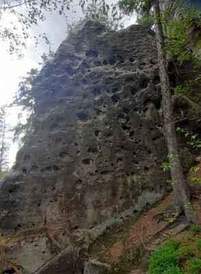 přírodní cvičná stěna s nespočtem chytů - trénink pro Adama Ondru na rychlost